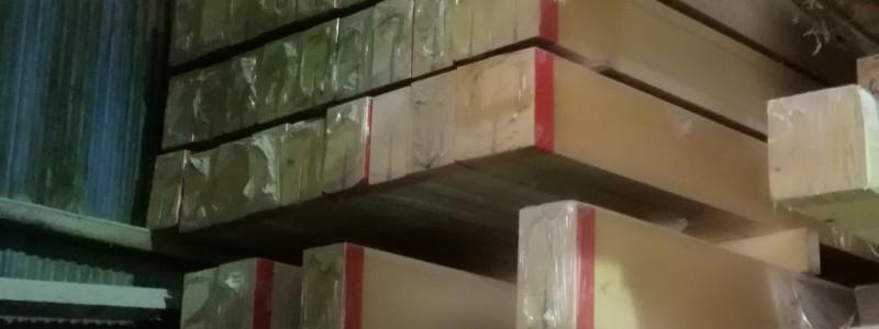 昔、好く取っていた桧の桁材。最近売れにくいので工場の片隅で積み上げられた在庫品。