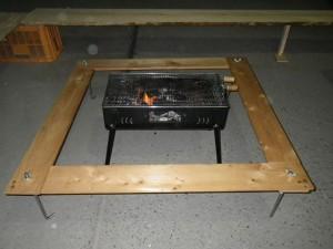 BBQコンロを囲う桧のテーブル