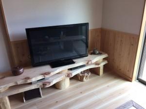 自作、桧の節のテレビ台