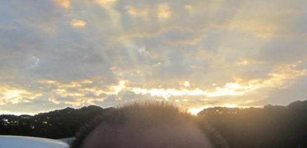 頭の後ろで夕日が沈む瞬間 後光がさしてる様