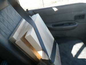 助手席に乗る桧板