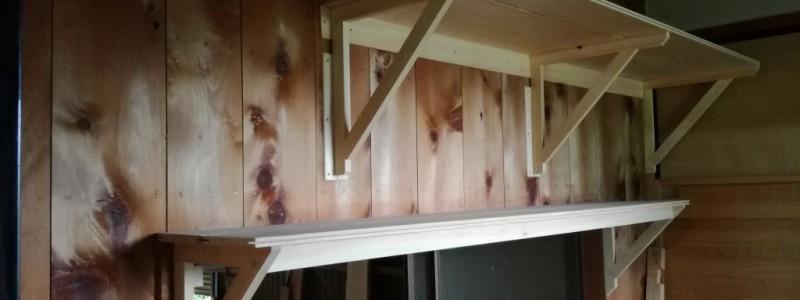 桧のドウブチと薄板で作った、奥行き45㌢と30㌢の二段の棚