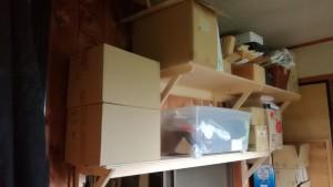 自作の棚に、荷物を載せた画像