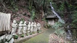 栢野不動さんの祠の裏の滝