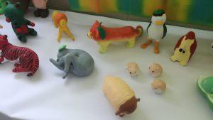 繊維デザイン科の実習発表、野菜と動物の合体