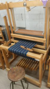 繊維デザイン科の実習発表、松阪木綿の織機