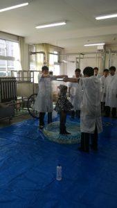 化学科の実習発表、シャボン玉に入る子供