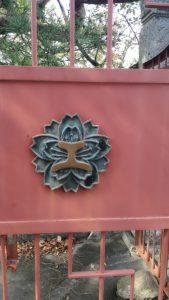 正門に張り付けられた松阪工業校章