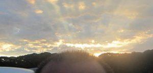 頭の後ろで夕焼けが輝いてる写真