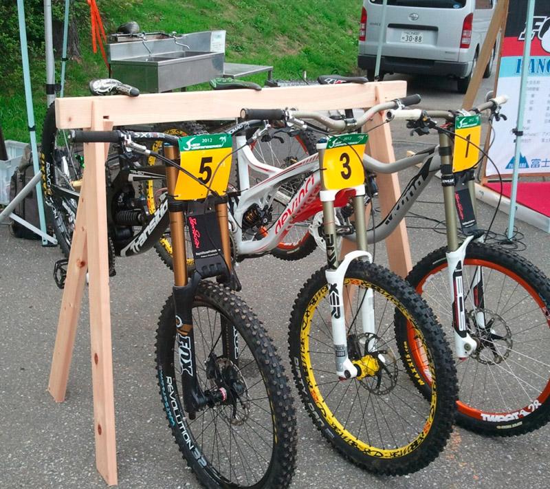 「宿輪木」桧のバイクスタンド
